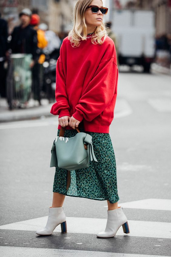 Что надеть с красным свитером