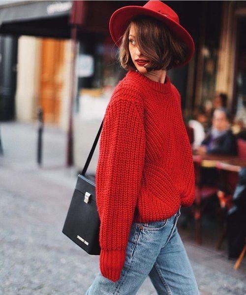 Лук с красным свитером