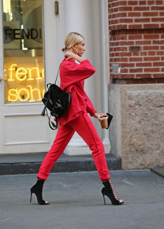 лук с красными брюками