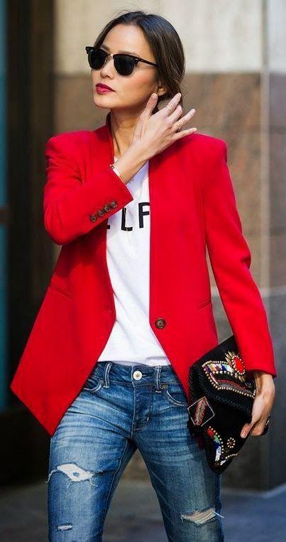 лук с красным пиджаком