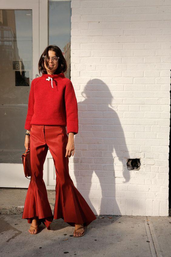 луки с красными брюками