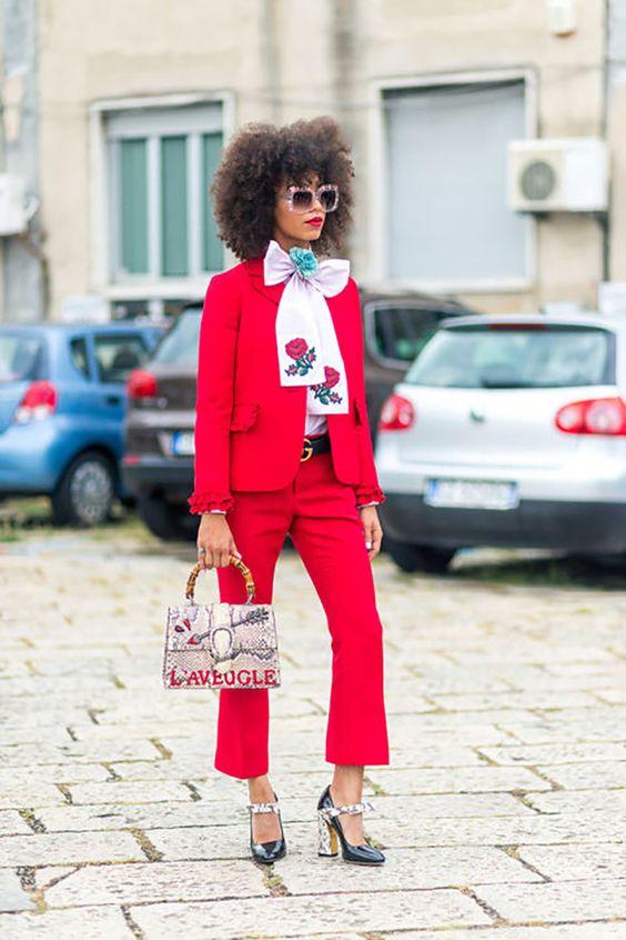стильный красный брючный костюм