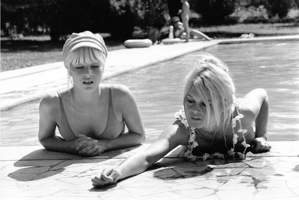 Сильви Вартан и Бриджит Бардо в бассейне в Риме в 1967 году