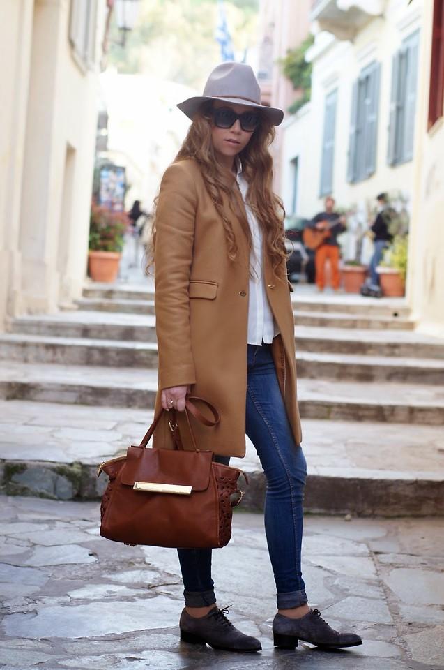 с чем носить коричневую сумку