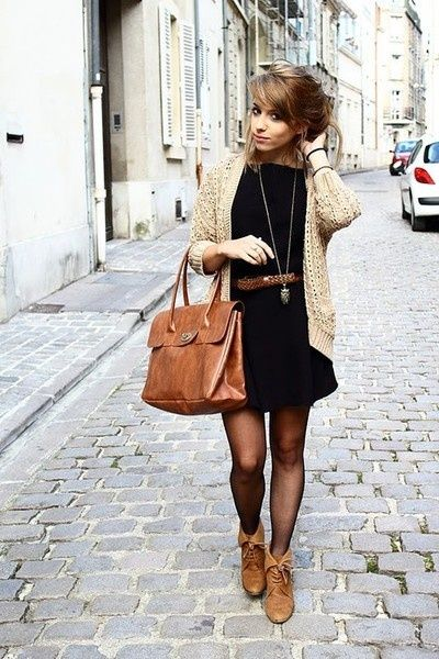 луки с коричневой сумкой