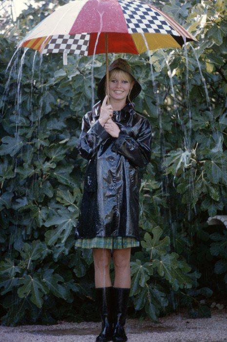 Бриджит Бардо с зонтом