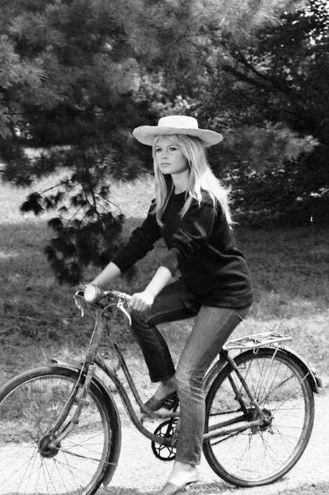 Бриджит Бардо на велосипеде