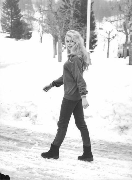 Бриджит Бардо на зимней прогулке