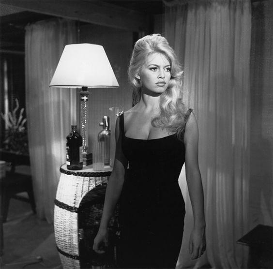 Бриджит Бардо в черном платье