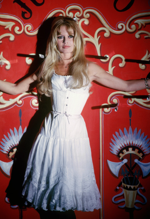 Бриджит Бардо в белом платье